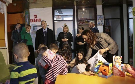 Ambasador KOC s porodicom posjetio Dječiji dom Bjelave i darovao mališane