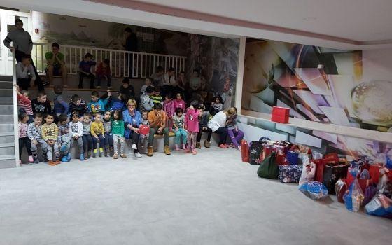 Posjeta i podjela novogodišnjih paketića učenika QSIenika